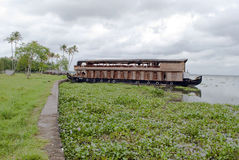 居住船在喀拉拉死水在一多云天 免版税库存照片