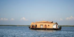 居住船在喀拉拉死水 库存图片
