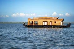 居住船在喀拉拉死水 免版税库存照片