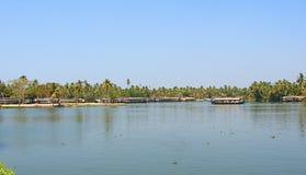 居住船在死水在喀拉拉,印度 库存图片