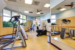 居民住房的明亮的健身房室 库存照片