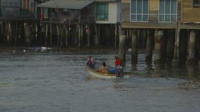 居民使用的马达独木舟,莫尔斯比村庄 股票视频