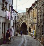 居民在瓜达区,葡萄牙` s古老犹太区, Judiaria,保留了它的14世纪魅力 库存照片