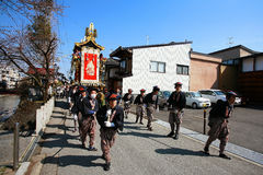 居民扯拽在Takayama节日的庄严浮动 免版税库存照片