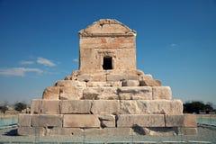 居鲁士二世埋葬坟墓反对蓝天的在Pasargad 库存图片