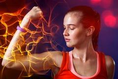 屈曲在健身房的妇女特写镜头肌肉 库存图片