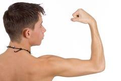 屈曲男性肌肉 免版税库存照片