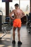 屈曲肌肉的健康年轻人 图库摄影
