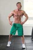 屈曲肌肉的健康年轻人 免版税图库摄影