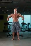 屈曲肌肉的健康年轻人 库存照片
