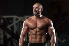 屈曲肌肉的成熟肌肉人 图库摄影