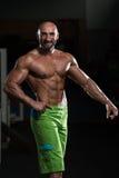 屈曲肌肉的成熟肌肉人 库存照片