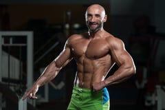 屈曲肌肉的成熟肌肉人 库存图片