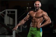 屈曲肌肉的成熟肌肉人 免版税库存图片