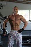 屈曲肌肉的爱好健美者 免版税库存图片