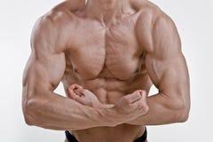 屈曲肌肉的年轻爱好健美者 免版税库存照片