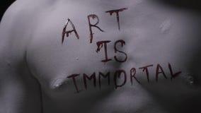 屈曲艺术是不朽的他的胸口的居住的雕象被写,人体艺术 股票视频