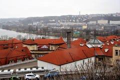屋顶、伏尔塔瓦河河和城市的美丽的景色在另一边在布拉格,捷克 免版税库存图片