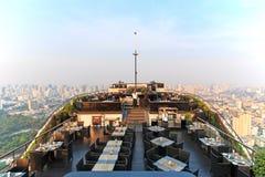 从屋顶上面酒吧观看的日落的曼谷 免版税库存图片