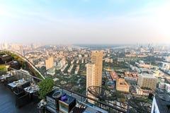 从屋顶上面酒吧观看的日落的曼谷 免版税库存照片
