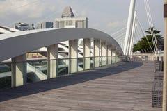 从屋顶上面水池的看法在新的小游艇船坞海湾铺沙旅馆 免版税图库摄影