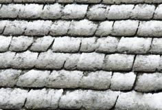 屋顶下雪石头 免版税库存照片