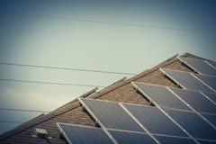 屋顶与接线盒和电线的太阳电池板系统 库存照片