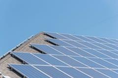 屋顶与接线盒和电线的太阳电池板系统 免版税库存照片