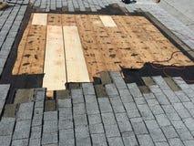 屋顶修理,修理烟囱的盖屋顶的人和 库存照片