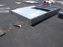 屋顶修理;在商业EPDM屋顶的AC遏制 免版税库存照片