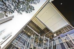 屋顶和在玻璃做的大厦 免版税库存照片