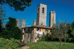 屋顶和塔看法与庭院圣吉米尼亚诺的 库存图片