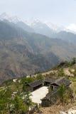 屋顶和山峰 免版税图库摄影