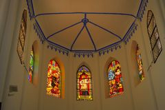 屋顶和教会圣弗朗西斯泽维尔唱诗班彩色玻璃  免版税库存图片