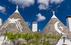 屋顶和标志的trulli房子,阿尔贝罗贝洛镇,普利亚地区,南意大利细节  免版税库存照片