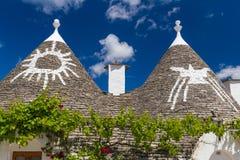 屋顶和标志的trulli房子,阿尔贝罗贝洛镇,普利亚地区,南意大利细节  免版税库存图片