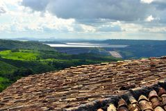 屋顶和湖有水坝的 免版税图库摄影