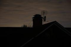 屋顶和烟囱在晚上 免版税库存图片