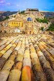 屋顶和美丽的村庄拉古萨垂直的看法在西西里岛 库存图片