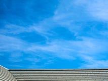 屋顶和蓝天白色云彩在早晨 免版税库存照片