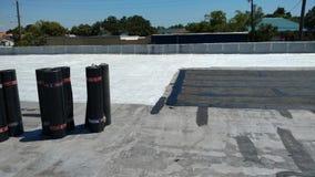 屋顶在商业屋顶平台的泄漏修理;顶房顶 免版税库存图片