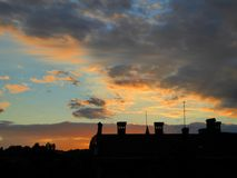 屋顶在日落背景中 库存图片
