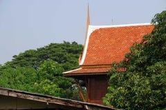 屋顶在泰国样式的房子设计 库存照片