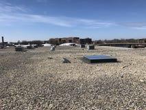 屋顶在ballasted EPDM商务屋顶的修理视图;芝加哥 库存照片