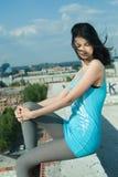屋顶妇女年轻人 免版税库存图片