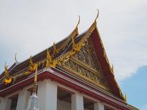 屋顶山墙金黄泰国样式寺庙 免版税库存照片