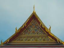 屋顶山墙金黄泰国样式寺庙 库存图片