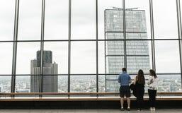 屋顶庭院的三个人组成的家庭其中一个伦敦的偶象摩天大楼 免版税库存图片