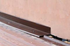 屋顶建筑细节特写镜头 在房子屋顶的金属盘区 库存照片