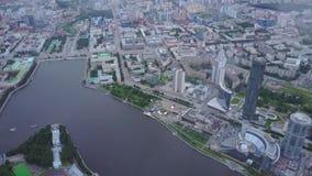 屋顶日落的视图全景与都市建筑学和河 美丽的城市鸟瞰图 股票视频